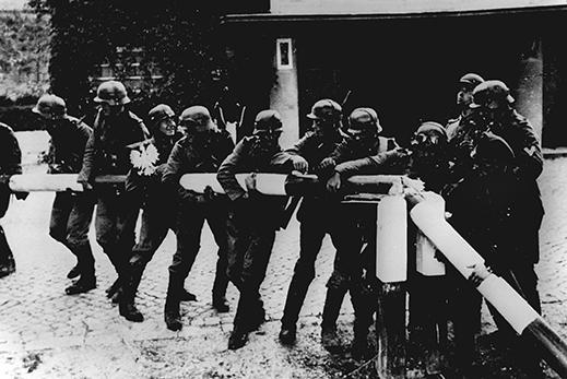Beim Einmarsch deutscher Truppen in Polen am 1. September 1939 reißen Soldaten der deutschen Wehrmacht einen rot-weißen Schlagbaum an der deutsch-polnischen Grenze nieder.